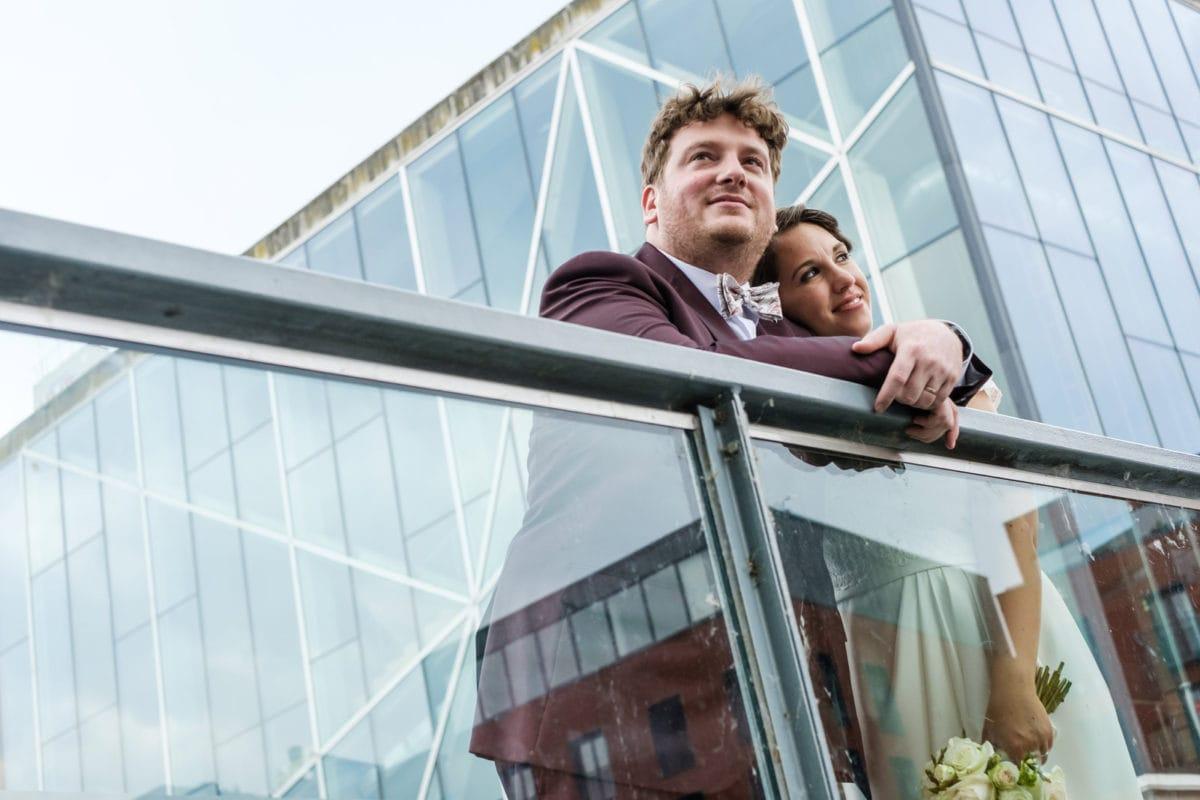 Huwelijksreportage in centrum Mechelen met op achtergrond het moderne Lamot gebouw