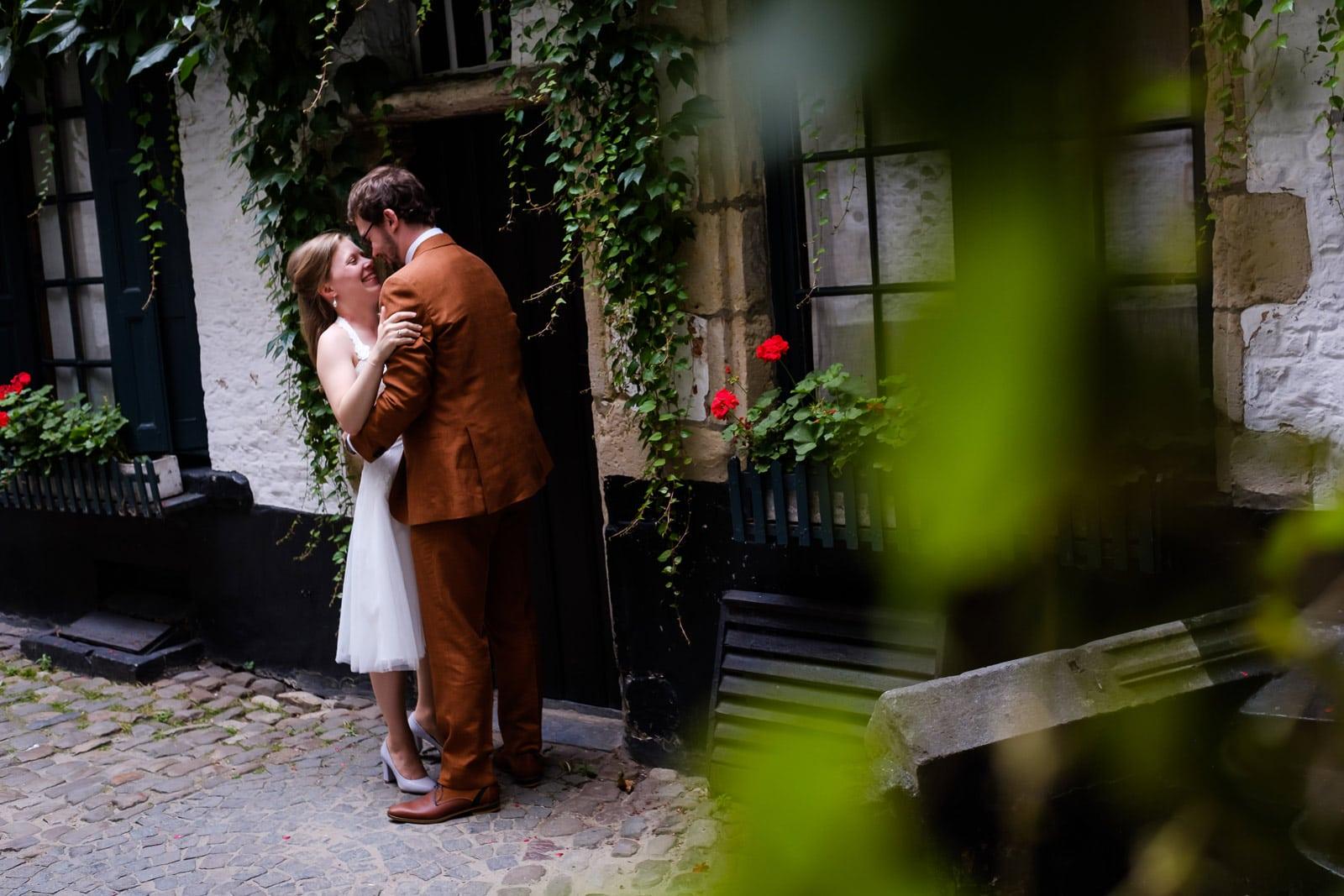 Huwelijks fotosessie in de Vlaaikensgang, de oudste straat van Antwerpen.