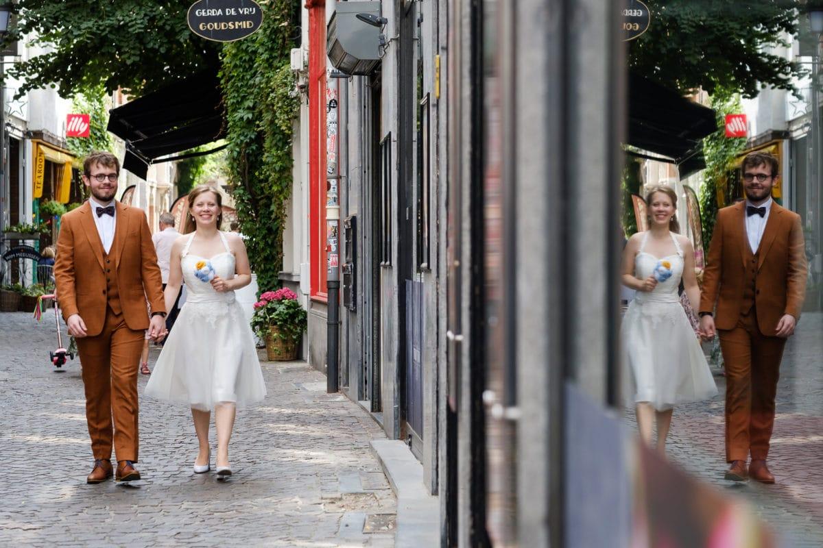 Cytnhia en Jens wandelend door de Wijngaardstraat in Antwerpen